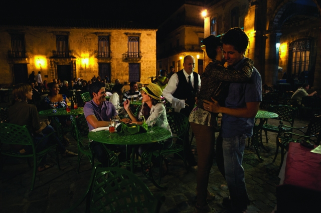 cathedral-square_night_couple_havana_lo