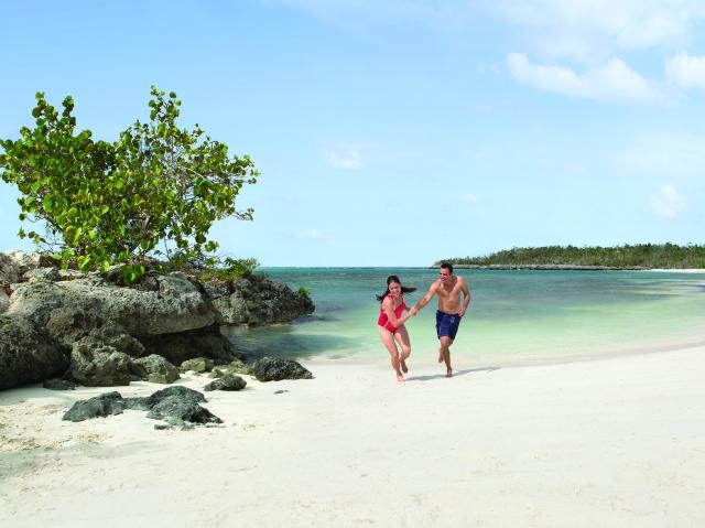 beach-couple_chase_holguin_lo
